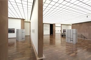 Ausstellungsraum mit Kunstlichtdecke