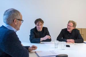 v.l.: Benedikt Kraft mit Wolfgang Lorch und Burkhard Fröhlich bei der Auswahl der Projekte für diese Ausgabe