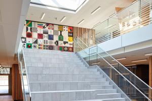 Das zweigeschossige Forum mit seinem von oben belichteten vollflächigen Glasdach verbindet auf eine großzügige Art und Weise das Erdgeschoss mit dem ersten Obergeschoss.