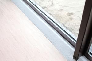Heute transportiert der Luftauslass im Deckenzentrum die neu von außen zugeführte, vorgewärmte Luft. Die wird in einem entfernt stehenden Bestandszweckbau aufbereitet und über einen Bodenkanal über die Betonstütze in den Bodenhohlraum geblasen um von dort über die Schattenfugen am Boden entlang der Fenster nach oben zu steigen. Damit soll Kondenswasser auf den Scheiben verhindert werden, das in der Vergangenheit dem Raum schwer zugesetzt hat