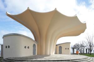 """15 km nördlich von Binz, in Sassnitz, ebenfalls ein Badeort, steht die """"Kurmuschel"""", ein Musikpavillon, auch von Müther in dieser Ausführung konzipiert (Entwurf: Dietmar Kuntsch) mit Otto Patzelt"""