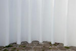 Sieben Betonschalen, die aus einem übergroßen Fundament in den Himmel und dann zur Stadt hin wachsen