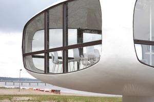 Vor der Sanierung dominierten maritime Versatzstücke die Fenster. Jetzt ist der Pavillon bis auf seine Möblierung (ein Tisch, einige Stühle) leer
