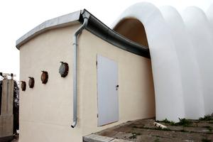 """Ursprünglich sollten die Fenster der Nebengebäude """"normale"""" Fenster sein. Aus Materialermangelung nahm das Baukombinat alte Bullaugen. Dem Architekten gefiel das am Ende besser"""