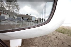 Im Randbereich der Fenster werden beide Schalenelemente dicker, zum Mittelpunkt hin erreichen sie minimale 3 cm