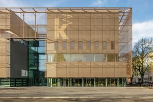 Die speziell für die Kunsthalle Mannheim entwickelte Gewebekonstruktion aus bronzefarbigen Seilen, Drähten und Rohren bildet eine filigrane Membran vor dem gigantischen Bau<br />