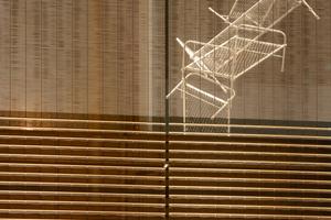 Das Edelstahlgewebe weist vor den großformatigen Glasflächen einen deutlich höheren Transparenzgrad auf als vor den Faserzementplatten<br />