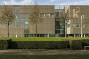 Eine Hülle aus bronzefarbigem Edelstahlgewebe&nbsp; kennzeichnet die neue Fassade der Kunsthalle Mannheim<br />
