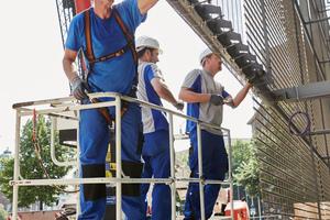 Die Montage der bis zu 20 Meter langen und 3,3 Meter<br />breitenGewebe-Paneelen war Präzisionsarbeit