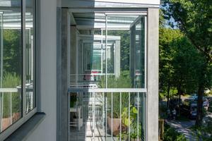 Im Zuge der Sanierungen wurden auch die Balkone auf der Südseite optimiert. Sie sind jetzt energetisch vom Gebäude getrennt und erhielten zusätzlich verglaste Schiebe-Elemente, die eine Nutzung das ganze Jahr hinweg möglich machen
