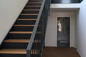 Durch die Aufstockung des dritten Obergeschosses in Maisonettebauweise wurden sechs Wohnungen mit gut 120 Quadratmetern und eine mit 160 Quadratmetern Fläche geschaffen. Das macht das Haus auch für kinderreiche Familien interessant.