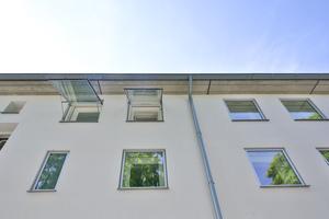 Die Fenster wurden quasi wie Bilderrahmen an der bestehenden Fassade befestigt. So wurde hier nicht nur die Bauphysik beachtet, sondern auch die Ästhetik berücksichtigt. Denn einer der häufigsten Kritikpunkte bei einer nachträglichen Wärmedämmung ist der sogenannte optische Schießscharten-Effekt, bei dem die Fenster tief hinter der Dämmung einsinken.