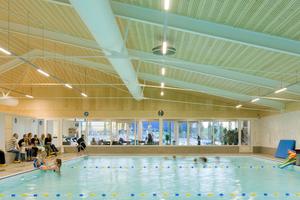 Die über fünf Meter gespannten Einfeldträger prägen maßgeblich die Innenraumwirkung der Schwimmhalle<br />