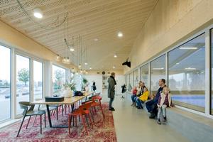 Das Foyer umfasst einen einladenden Aufenthaltsbereich mit Cafeteria
