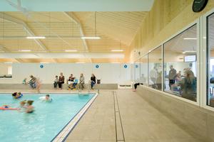 Im Schwimmbad in Amersfoort sorgt eine Holzdecke aus innovativen Deckenelementen für behagliche Atmosphäre und optimale Raumakustik<br />
