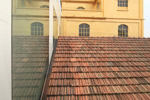 """Das """"Goldene Haus"""" aus dem 1. OG des """"Podiums"""" gesehen, einem der drei Neubauten auf dem Gelände"""
