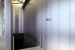 Farbige Kunststoffpanele verkleiden die rohen Wände, natürlich wird die Konstruktion, so sie eine visuelle Attraktion darstellt, überall im Haus sichtbar gelassen