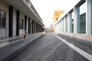 """Hinter dem Tor gleich links einbiegen, Richtung """"Goldenes Haus"""". Links Bibliothek und Shop und die von Regisseur Wes Anderson eingerichtete Bar"""