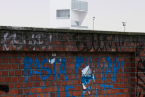 Der Turm über die Gleise von Norden aus gesehen: Ein deutliches Signal für das Viertel, dass hier etwas ganz Neues passiert. Mit einem Nutzen hoffentlich auch für die Alteingessenen!