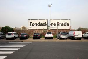 Nur noch wenige Meter links runter: Reklame, Besitzanspruch, Bill Board-Kunst an der Via Brembo, Milano