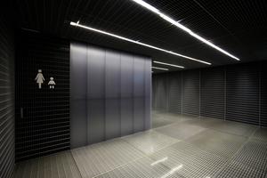 Kunststoffoberflächen, Stahlgitterroste, Neonlicht ... eben die ganze OMA-Härte, auch bei den WCs