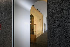 """Blick aus dem """"Podium"""" zurück auf den Eingang im """"Goldenen Haus"""""""