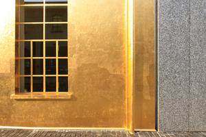 Kratzspuren auf der goldene Oberfläche zeugen vom ständigen Kunstraub ... trotz allgegenwärtiger Kameras