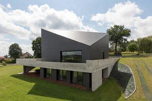 Die dreiseitig umlaufende Terrasse ist als Flachdach ausgebildet und entwässert auch die Dächer des Anwesens