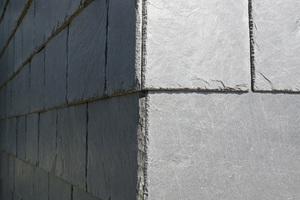 Die an den Ecken präzise eingearbeitete Schieferfassade fordert hohes handwerkliches Können