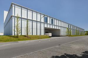 Im Rahmen der Erweiterung entstanden ein neuer Wareneingang, Lager und eine zweigeschossige Montagehalle.<br />
