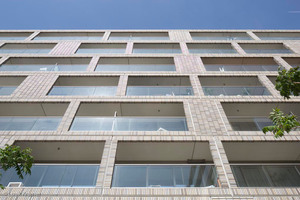 Versetzt angebrachte Fenster lockern die Fassade auf. Horizontale Strukturen verleihen im Gegenzug eine klare Linie.<br />
