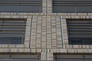 Die doppelten Klinkerreihen an den Fenstern und Balkonen sind ein besonderer Hingucker. Das Farbenspiel der verschiedenen Schattierungen erzeugt Pixel an der Fassade.<br />