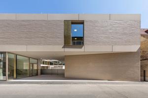 Im wilden Verband verlegt, wirkt die Gebäudehülle aus spezial gefertigten GIMA Ziegeln wie ein feines Klinker- und Fugengewebe, das für ein lebendiges Licht- und Schattenspiel auf der Fassade sorgt.<br />