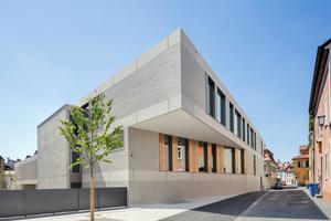 Der Neubau für die Maria Ward Schulen fügt sich in seiner Maßstäblichkeit harmonisch in die historische Bausubstanz der Bamberger Innenstadt ein. Materialität und Farbigkeit der Fassade unterstreichen den monolithischen Charakter.<br />