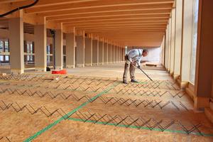 Holz-Beton-Verbunddecke als Balkendecke. Die OSB-Platte dient als verlorene Schalung zwischen den Balken. Der Verbund wird über schräg eingedrehte Schrauben hergestellt