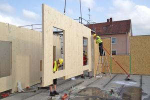 Brettsperrholzplatten werden meist schon beim Hersteller konfektioniert, direkt auf die Baustelle transportiert und dann montiert