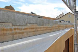 Holz-Beton-Verbunddecke als Flachdecke. Der Verbund erfolgt über die Kerve im Holz und den Nocken im Beton und somit über geometrischen Formschluss
