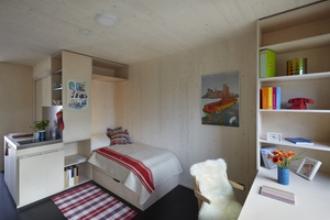 Die Umschließungsflächen der Zimmermodule bestehen aus Brettsperrholzplatten. Decke und Wände sind holzsichtig belassen, während der Boden einen Belag aus Naturkautschuk erhielt