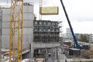 Der Grad der Vorfertigung ist bei den WOODIE-Modulen mit 80 % sehr hoch. Die Boxen wurden als komplett umschlossene Baukörper inklusive Bad, Kochbereich, Möblierung und Verkabelung im Werk hergestellt und per Tieflader nach Hamburg gebracht