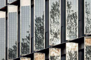 Die Aluminium-Pfosten-Riegel-Fassade mit ihren für die natürliche Lüftung nach außen gefalteten Photovoltaik-Elementen wurde von ingenhoven architects entworfen