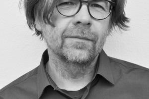 """<div class=""""autor_linie""""></div><h2>Autor</h2><div class=""""autor_linie""""></div><div class=""""freitext""""><span class=""""kastentext_hervorgehoben"""">Manfred Stieglmeier,</span> M. Eng. Architekt, von 1982–1991 studierte er Architektur an der Akademie der Bildenden Künste und Hochschule in München, ab 1987–2000 arbeitete er in verschiedenen Münchner Architekturbüros u.a. bei Auer + Weber, von 1999–2000 war er Partner bei Schmidhuber + Partner Architekten. Seit 2000 hat er sein eigenes Architekturbüro mit Schwerpunkt Holzbau in München. Von 2007–2009 studierter er Masterstudium Holzbau für Architekten an der HS Rosenheim. Seit 2009 ist er Assistent und wissenschaftlicher Mitarbeiter an der Professur Entwerfen und Holzbau der TU München in Lehre und Forschung sowie Koordinator des Projekts """"leanWOOD""""</div><div class=""""autor_linie""""></div><div class=""""freitext""""><a href=""""http://www.leanwood.eu"""" target=""""_blank"""">www.leanwood.eu</a> </div>"""