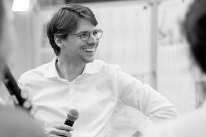 """<p><span class=""""kastentext_hervorgehoben"""">Almannai Fischer Architekten</span></p><p></p><p>Florian Fischer, geb. 1977, ist Architekt. Er studierte in München und Madrid und führt zusammen mit Reem Almannai das Büro Almannai Fischer in München. Er lehrte an der TU München, der Hochschule Luzern und der Universität Antwerpen. Er ist Gründungsmitglied und Vorsitzender des Aufsichtsrates der KOOPERATIVE GROSSSTADT eG.</p>"""