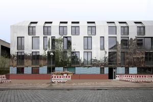 Haus als Großspiegel: Ansicht des im Himmel aufgelösten Neubaus von der Kruppstraße