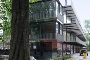 Die weiten Balkone dienen der Erschließung, Kommunikation, dem Sonnenbad …