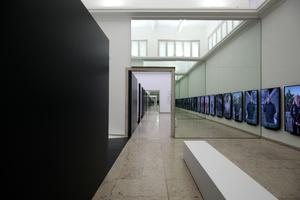 Mit Spiegelwänden wird die Mauer bis ins Unendliche verlängert. Rechts die Wall of Opinions, Video-Statements zum Mauerphänomen rund um die Welt
