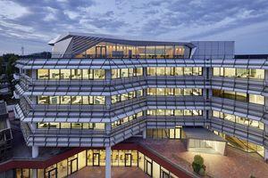 Die Arbeitsplätze waren bereits zur Entstehung des Gebäudes als Großraumbüros geplant.<br />