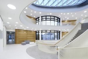 Für den fachübergreifenden Austausch stehen neben Büros und Laboren auch Kommunikationsflächen wie etwa gemeinsame Besprechungsräume und große Galerieöffnungen zur Verfügung.<br />