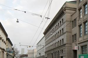 """Die Erweiterung des Kunstmuseums Basel von Christ & Gantenbein erhielt beim Wienerberger Brick Award 2018 den zweiten Grand Prize und ist zugleich Gewinner der Kategorie """"Sharing public spaces"""". Begründung der Jury: """"Die Erweiterung des Kunstmuseums Basel ist vor allem unter dem Aspekt der  Materialforschung ein interessantes und überzeugendes Projekt. Die Architekten setzen durch die Art, wie sie die Ziegel in der Fassade verwenden, neue Akzente. Beeindruckt hat uns Juroren auch, wie präzise das Volumen im urbanen Kontext platziert wurde. Dadurch wird deutlich: Es geht nicht nur um die Innenräume, sondern auch um die Teilhabe am öffentlichen Raum. Im Hinblick auf den Preis ist dieser Erweiterungsbau ein besonders gelungenes Beispiel für den zeitgemäßen Umgang mit Ziegeln bei einem Gebäude von großer gesellschaftlicher Bedeutung. Es wirkt edel und hochwertig."""""""