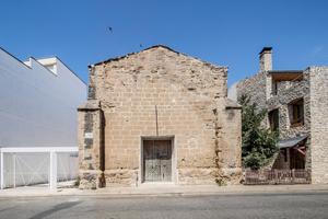 """Die Revitalisierung der Alten Kirche Vilanova de la Barca ist Schutzmaßnahme für die ruinösen Mauerreste und zugleich Manifest gewordene Lektüre, die die Geschichte des Orts erlebbar macht. Begründung der Jury: """"Das Zusammenspiel von historischen Fragmenten und moderner Architektur prägt den Charakter des Gebäudes. Das Dach und Teile der Fassade mussten erneuert werden. Die fehlenden Mauerteile wurden sensibel mit Ziegeln ergänzt, das Dach mit Ziegeln gedeckt – in einem Weißton, der in Spanien unüblich ist. In der spanischen Architektur haben Ziegelsteine generell eine lange Tradition. Der hier verwendete fällt jedoch aus dem Rahmen: Er besticht nicht durch seine Farbe, sondern ist eher ein Zeichen der Stille. Im Fokus steht die Reduktion auf das Material und dessen Substanz. Die Architekten schufen durch den eleganten, anspruchsvollen Einsatz von Ziegeln eine leichte, moderne Atmosphäre und bewiesen damit, dass man Tradition zeitgemäß interpretieren kann."""""""