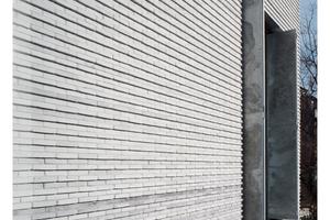 Die gesamte äußere Schale der Fassade kommt ohne Dehnfuge aus. Mit Karo- und Streifenornament spricht die Erweiterung die gleiche Sprache wie der Altbau: mächtig und markant.
